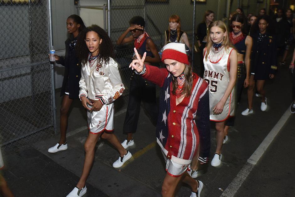 Ню Йорк, Ню Йорк - 09 септември. Модели, които се разхождат зад кулисите на женското модно ревю на #TOMMYNOW по време на Седмицата на модата в Ню Йорк на Пирс 16 на 9 септември 2016 г. в Ню Йорк. (Снимка на Грант Ламос IV / Гети изображения за Томи Хилфигер)