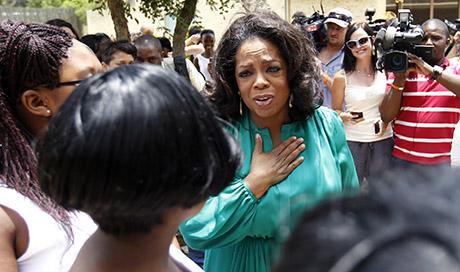 Домакинът на развлечения Опра Уинфри жестикулира, докато говори с една от гимназистите от нейната Опра Уинфри лидерска академия за момичета по време на първата церемония по дипломирането на училището в Хенли на Клип, извън Йоханесбург, 14 януари 2012 г. АФРИКА - Тагове: ЗАБАВЛЕНО ОБРАЗОВАНИЕ)