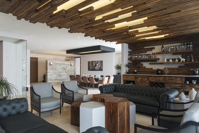 Wood- in -the- interior- of- the -apartment-555-23
