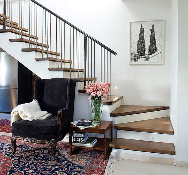 Staircase- in- the- interior- of- the- house-555-13