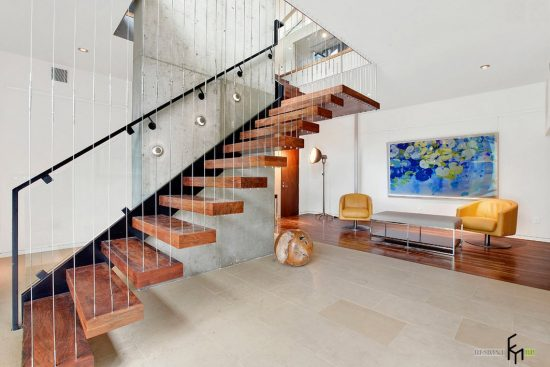 Staircase- in- the- interior- of- the- house-555-16