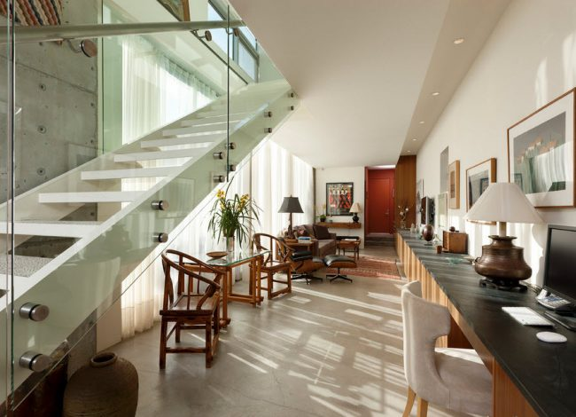Staircase- in- the- interior- of- the- house-555-7