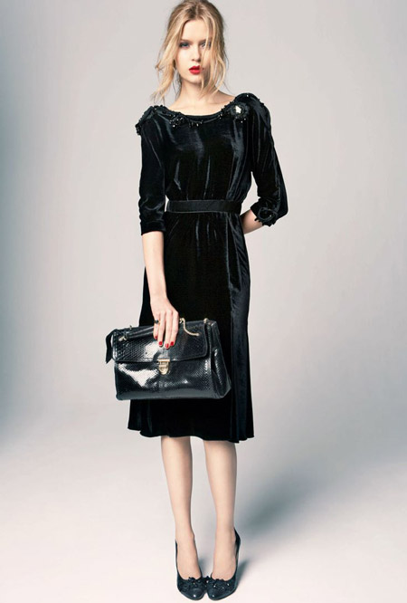 Velvet- dress- is- a-chic- look-10
