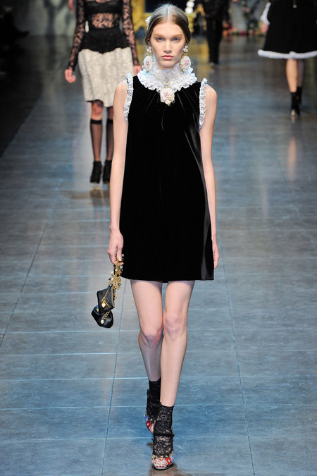 Velvet- dress- is- a-chic- look-11
