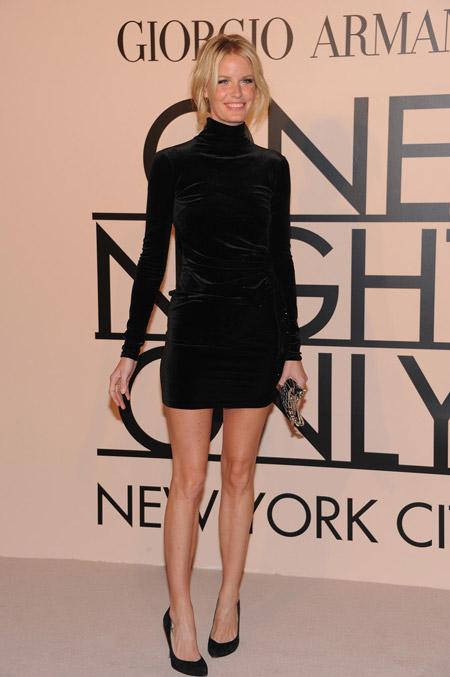Velvet- dress- is- a- chic- look-15