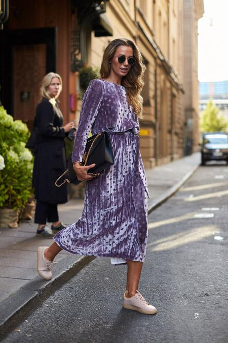 Velvet- dress- is- a- chic- look-31