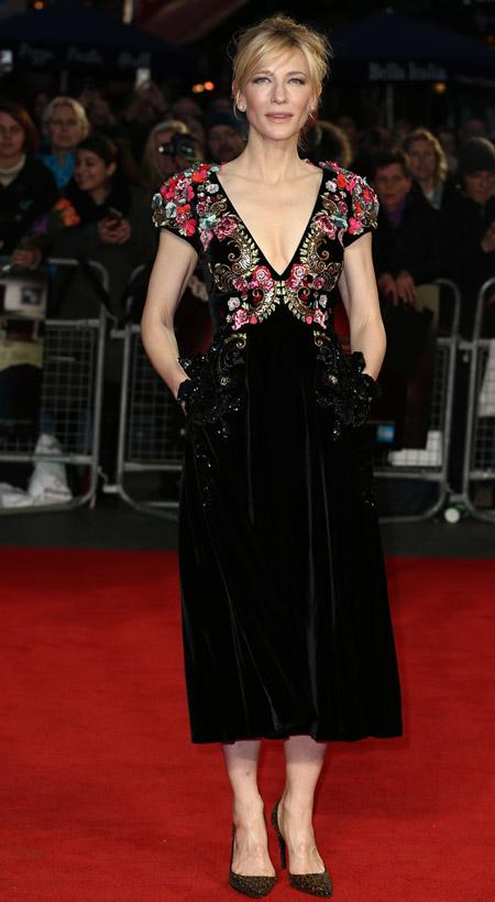 Velvet- dress- is- a-chic- look-35
