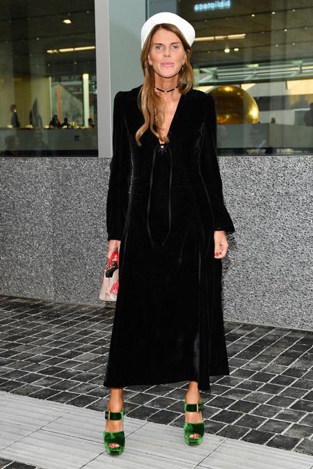 Velvet- dress- is- a- chic- look-37