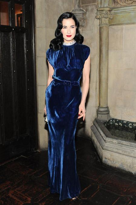 Velvet- dress- is- a- chic- look-41