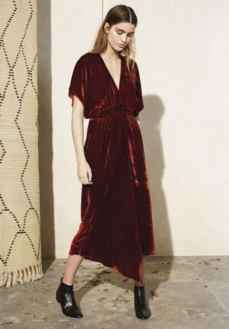 Velvet- dress- is- a- chic- look-8