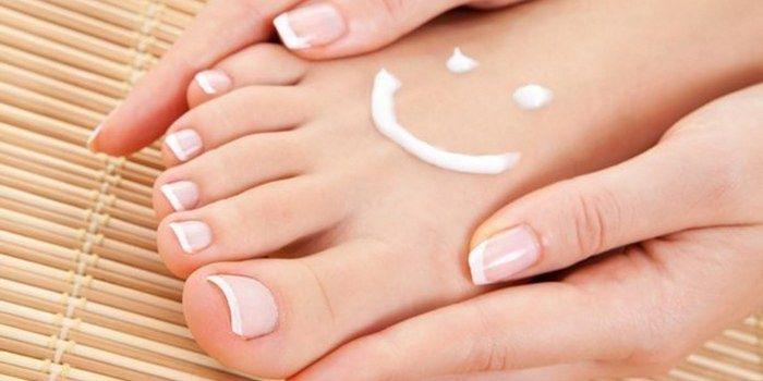 Здрава кожа на ръцете и краката на момичето