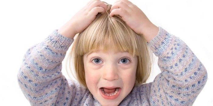 Момиче се почесва по главата