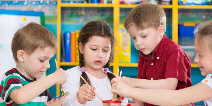 Децата рисуват заедно